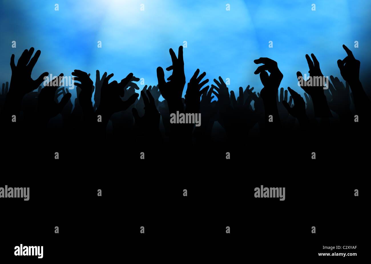 Silhouette einer Menschenmenge mit erhobenen Händen, bei einem Konzert oder auf der Tanzfläche in einem Stockbild