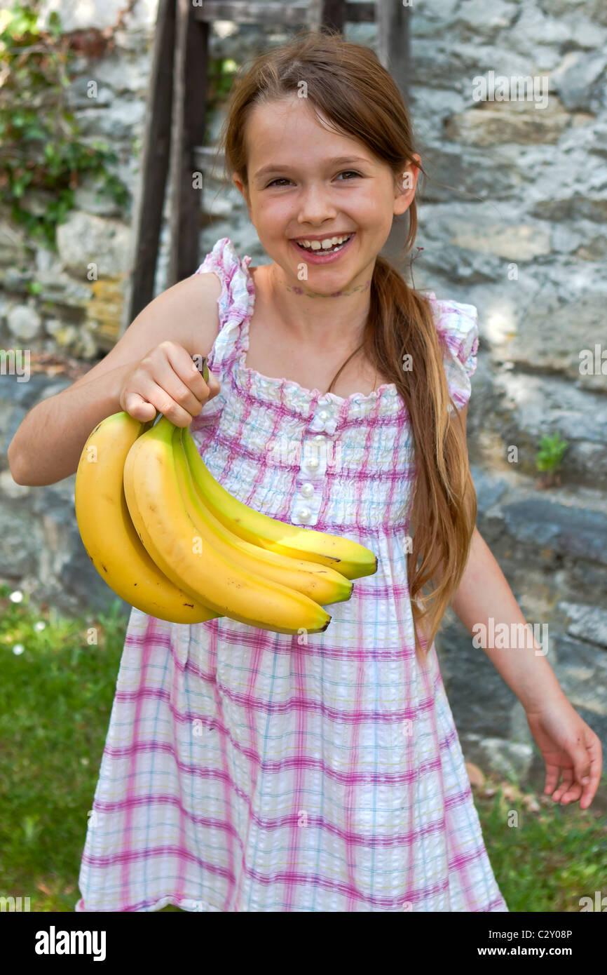 Mädchen isst Obst Stockbild