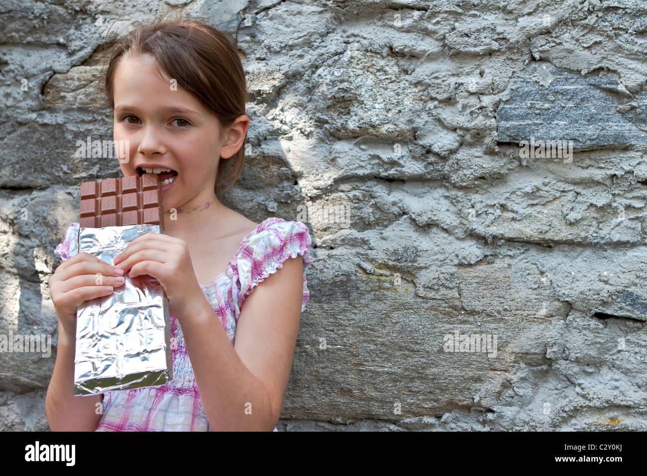 Mädchen, die Schokolade zu essen Stockbild