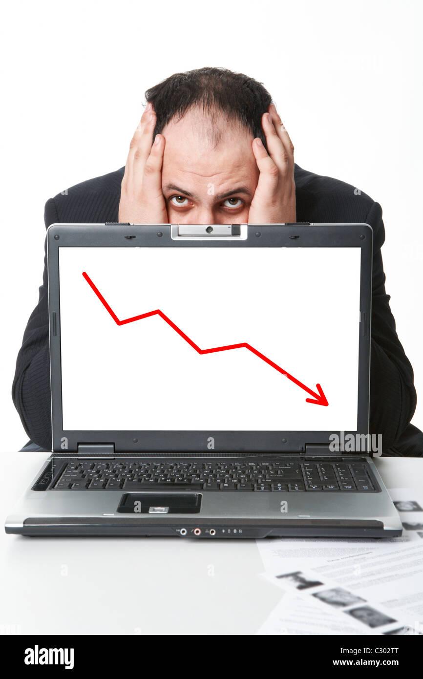 Foto von Mitte im Alter Arbeitgeber versteckt sich hinter Laptop mit fallenden Grafik auf dem Bildschirm Stockbild