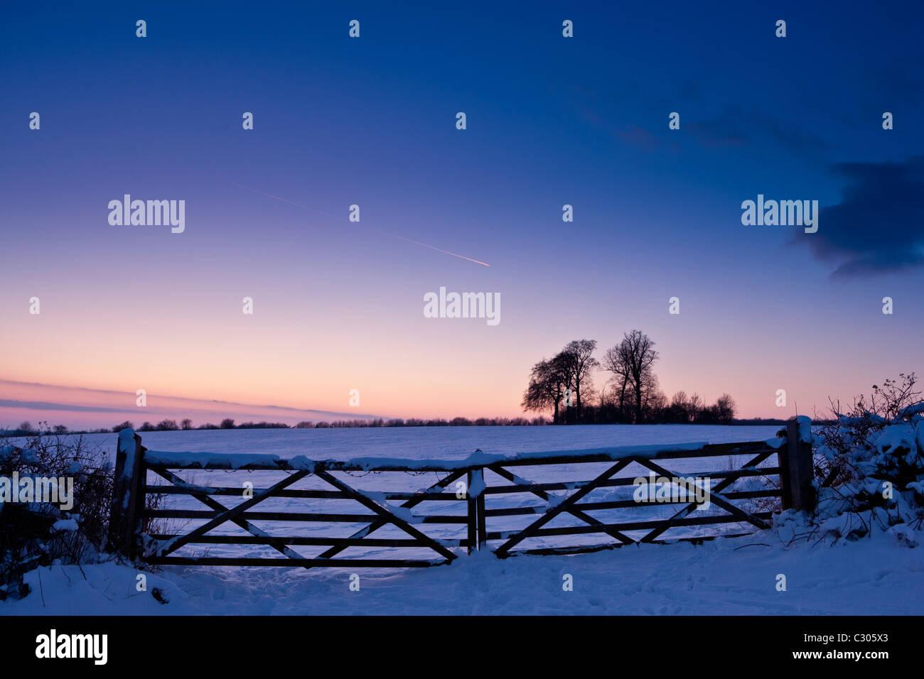 Ab-Hof in traditionellen Schnee-Szene in The Cotswolds, Swinbrook, Oxfordshire, Vereinigtes Königreich Stockbild