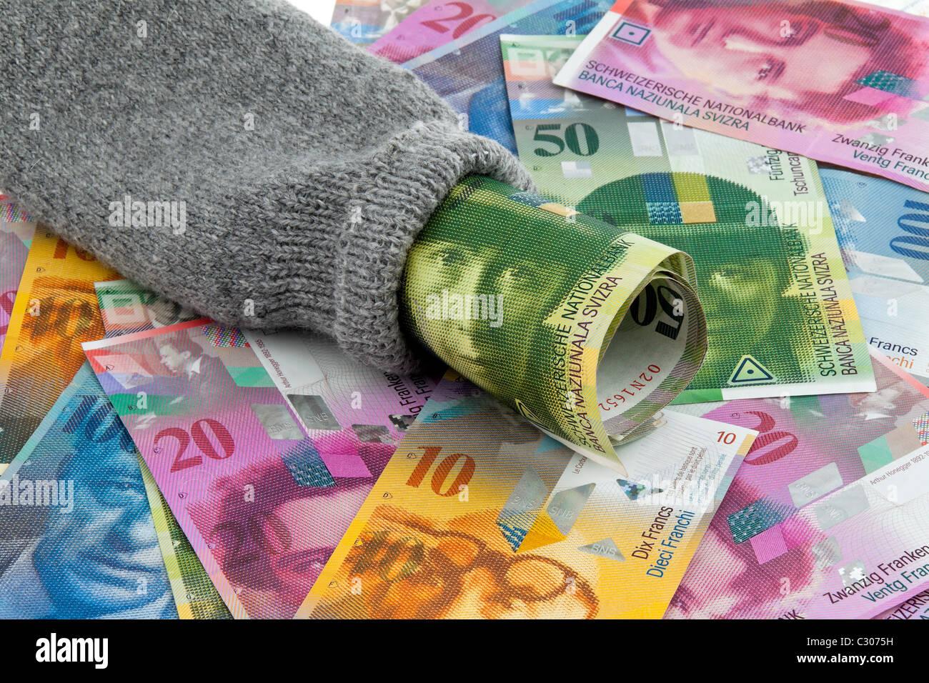 Socken mit Schweizer Geld sparen Stockfoto
