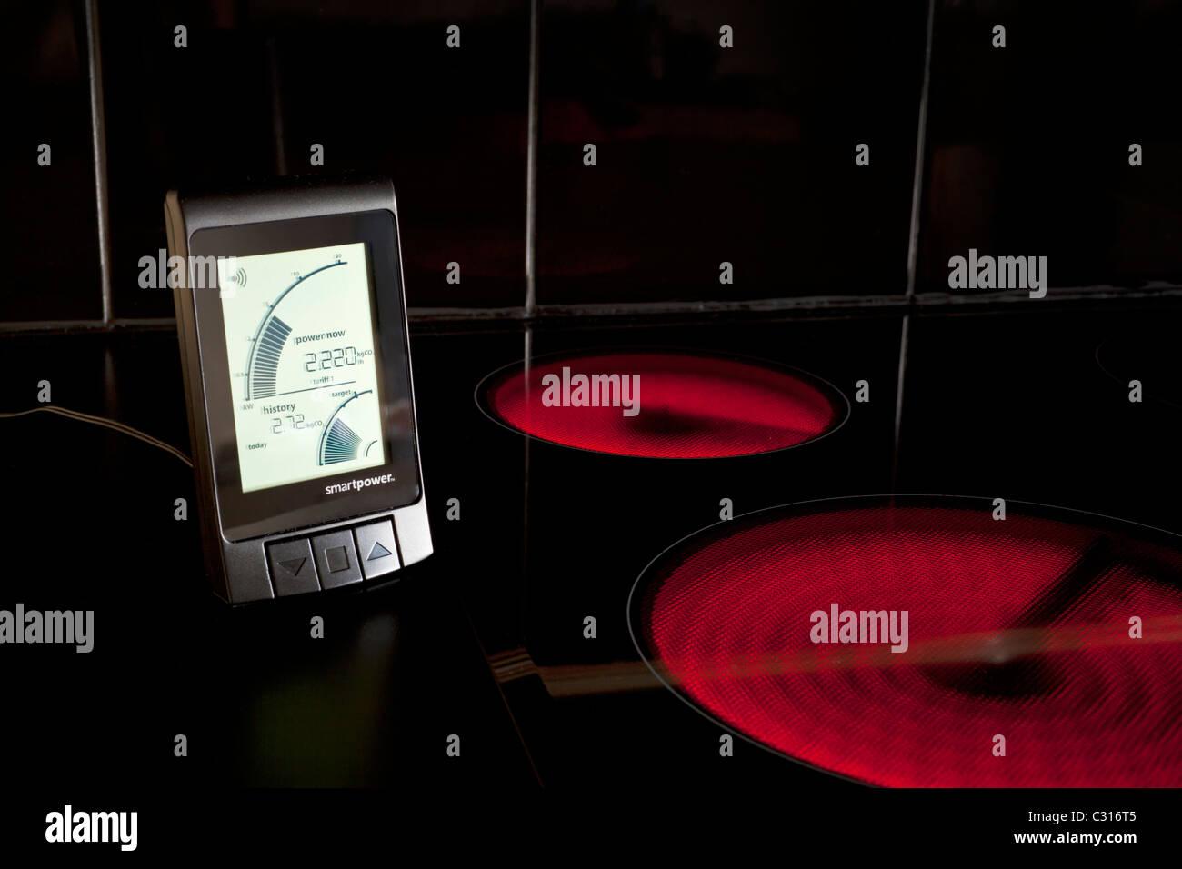 Drahtlose intelligente Energiezähler, Energieverbrauch durch Kosten oder Leistung Nutzung zeigen Stockbild