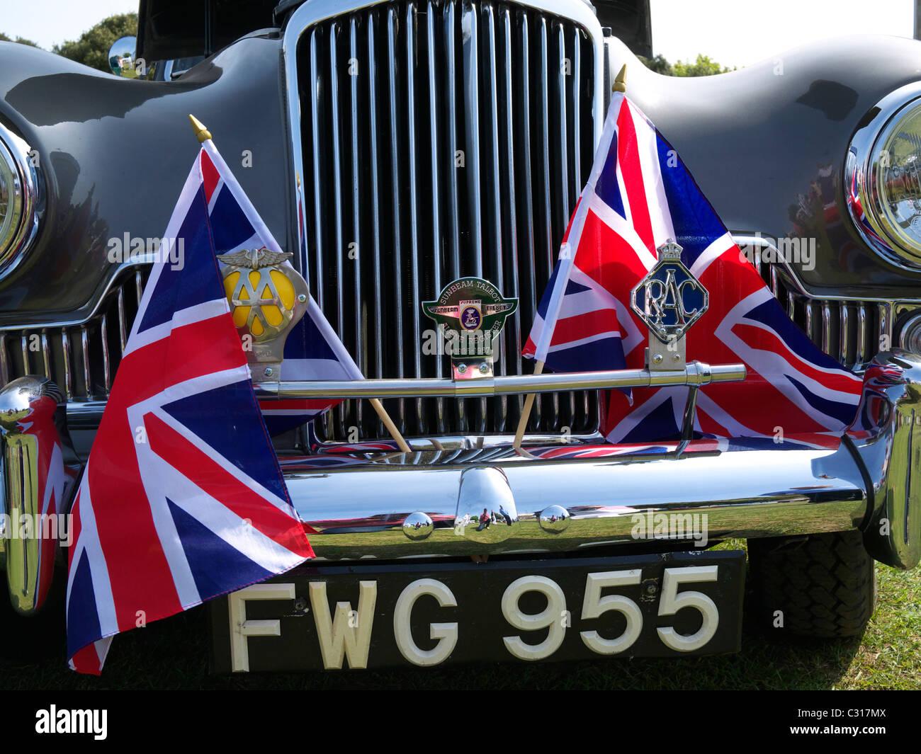 Vorne ein Sunbeam-Talbot mit Union Jack Fahnen bei einer Oldtimer-Show Oldenburg North Somerset UK Stockfoto