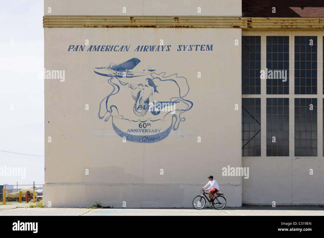 Alte Pfanne bin Airways Logo auf Seite der Hanger - Alameda, Kalifornien USA Stockbild