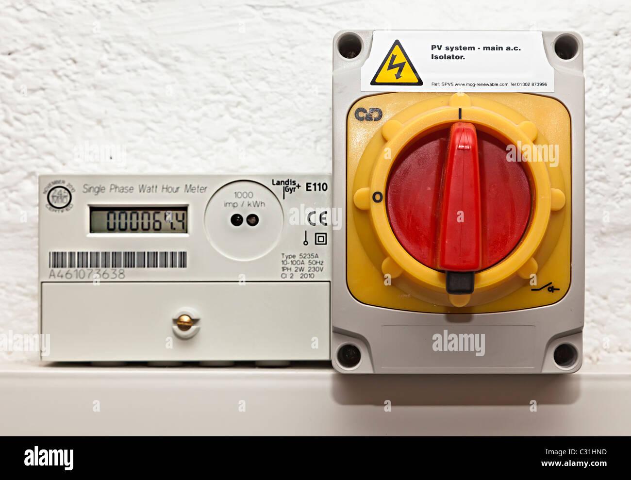Solar PV-Isolation-Schalter und Generation meter Wales UK Stockbild