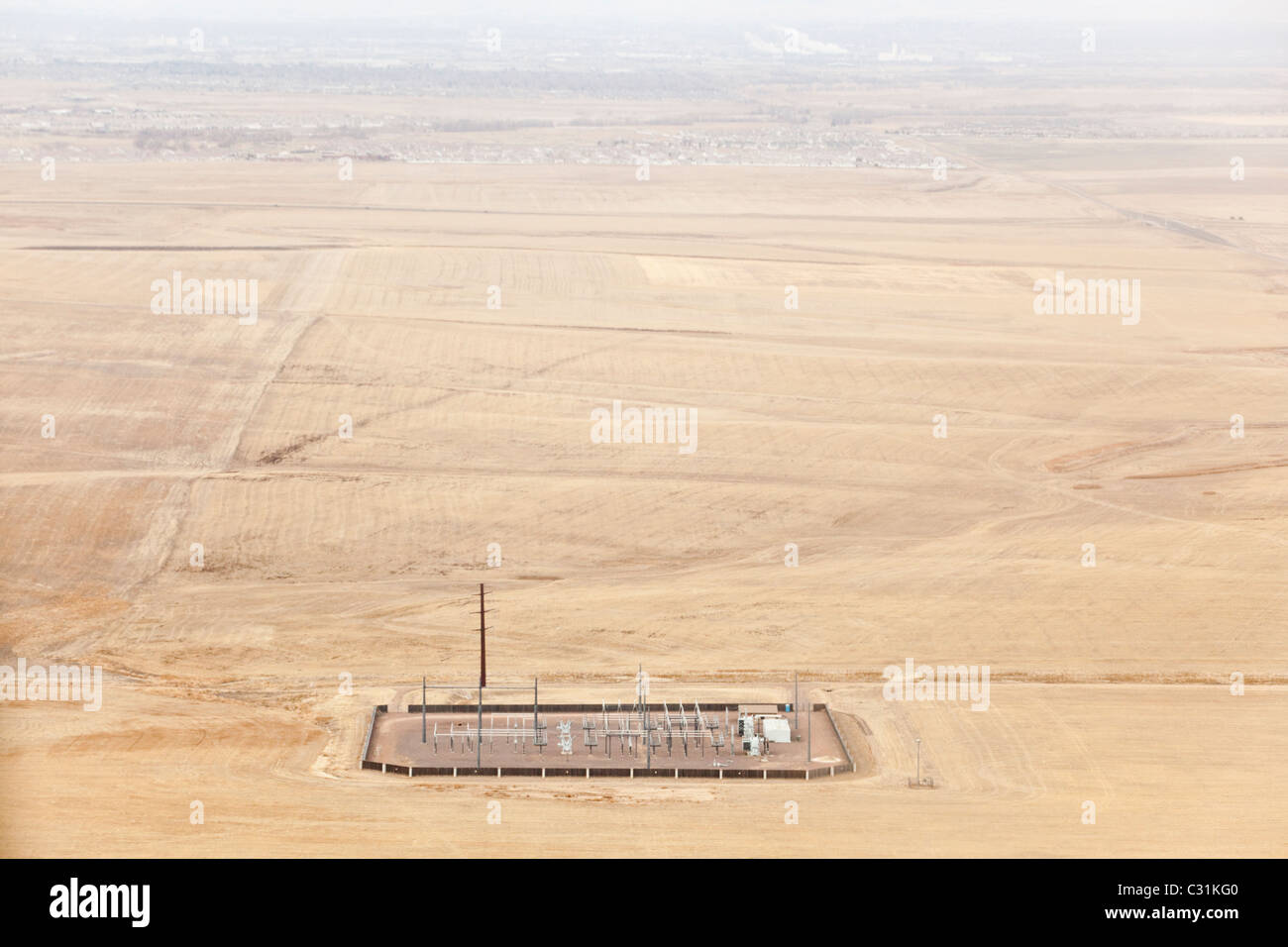 Luftaufnahme von einem entfernten Hochspannung elektrische Verteilung Umspannwerk in den Ebenen außerhalb Denver, Stockbild