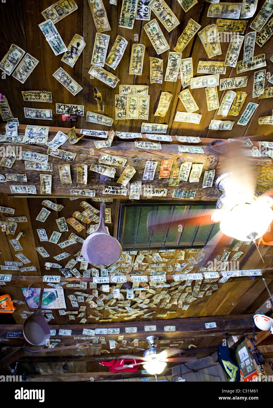 Unterzeichnet von einem Dollar-Scheine an der Decke und Wände des westlichen Bar geheftet Stockbild