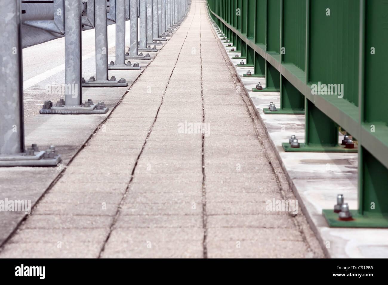 Konvergenz der Fußgängerweg in einer Brücke Stockbild