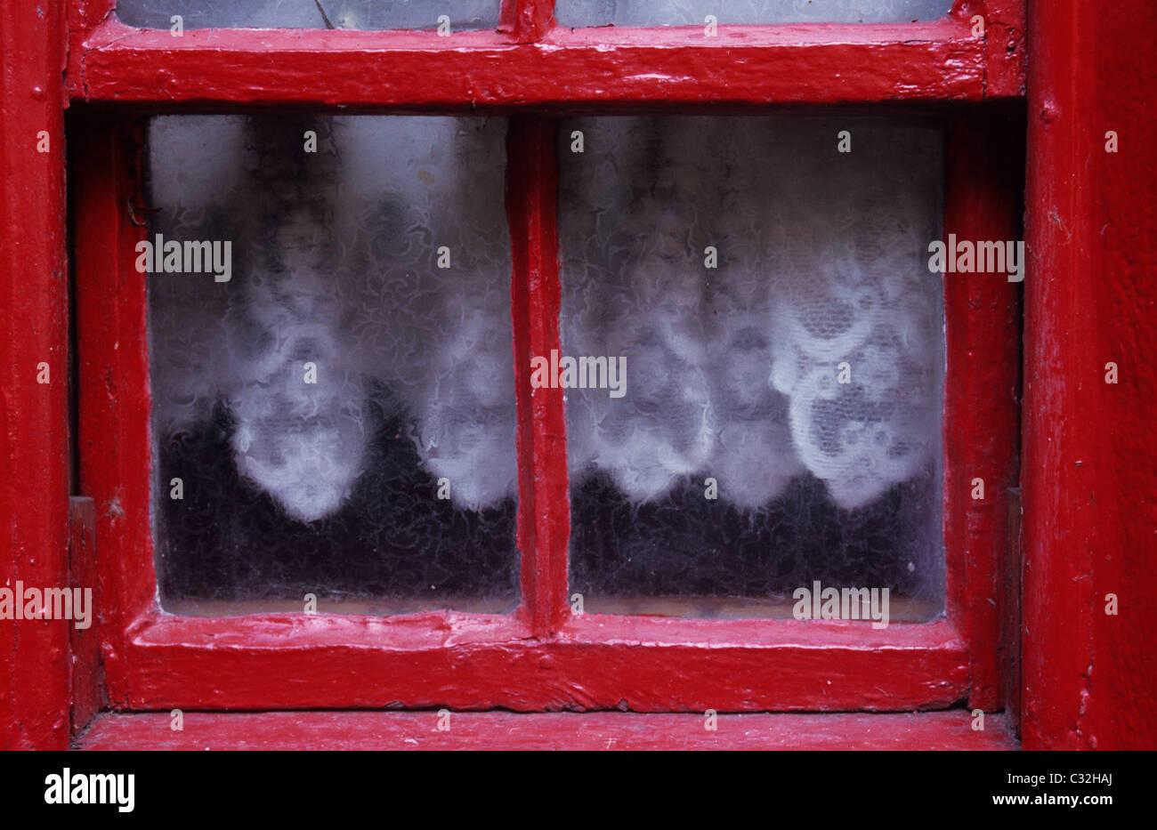 Kleine alte Schiebefenster mit Milchglas und roter Rahmen mit ...