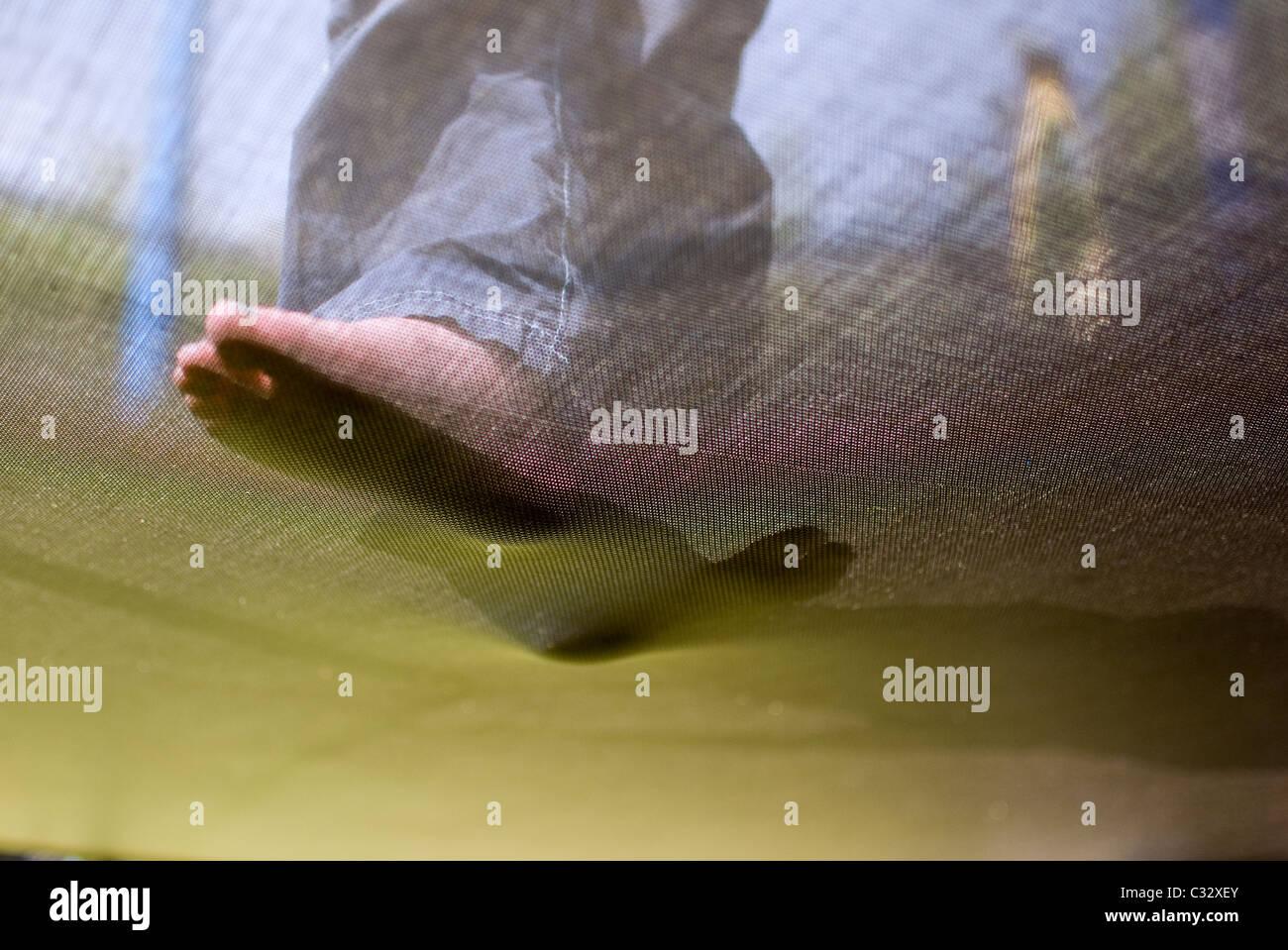Unterhalb der Füße auf Trampolin, Fuß, Füße, Fuß, Seezunge, Schritt, abstrakt, Trampolin, Stockbild