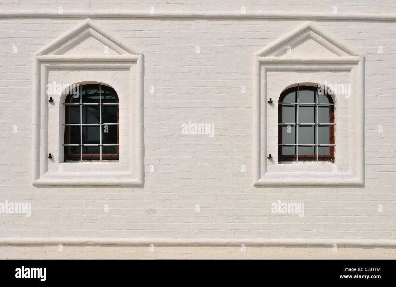 Stuck Tünche alte gemauerte Wand und Fenster mit Eisenstange Stockbild