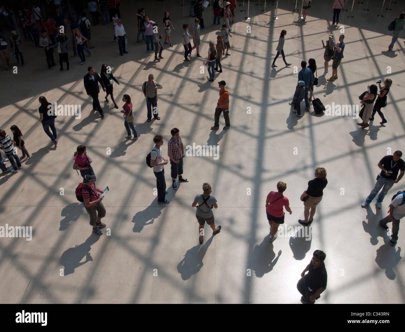 Massen von Touristen, die das Louvre Museum in Paris Frankreich Stockbild