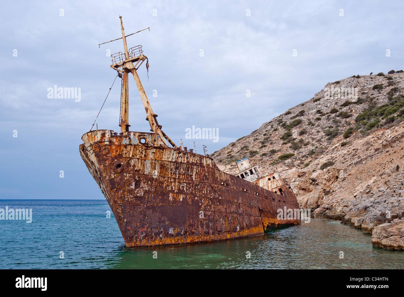 Olympia-Schiffswrack in Ormos Liveros Creek auf Amorgos Insel, die östlichste Insel der griechischen Kykladen. Stockfoto