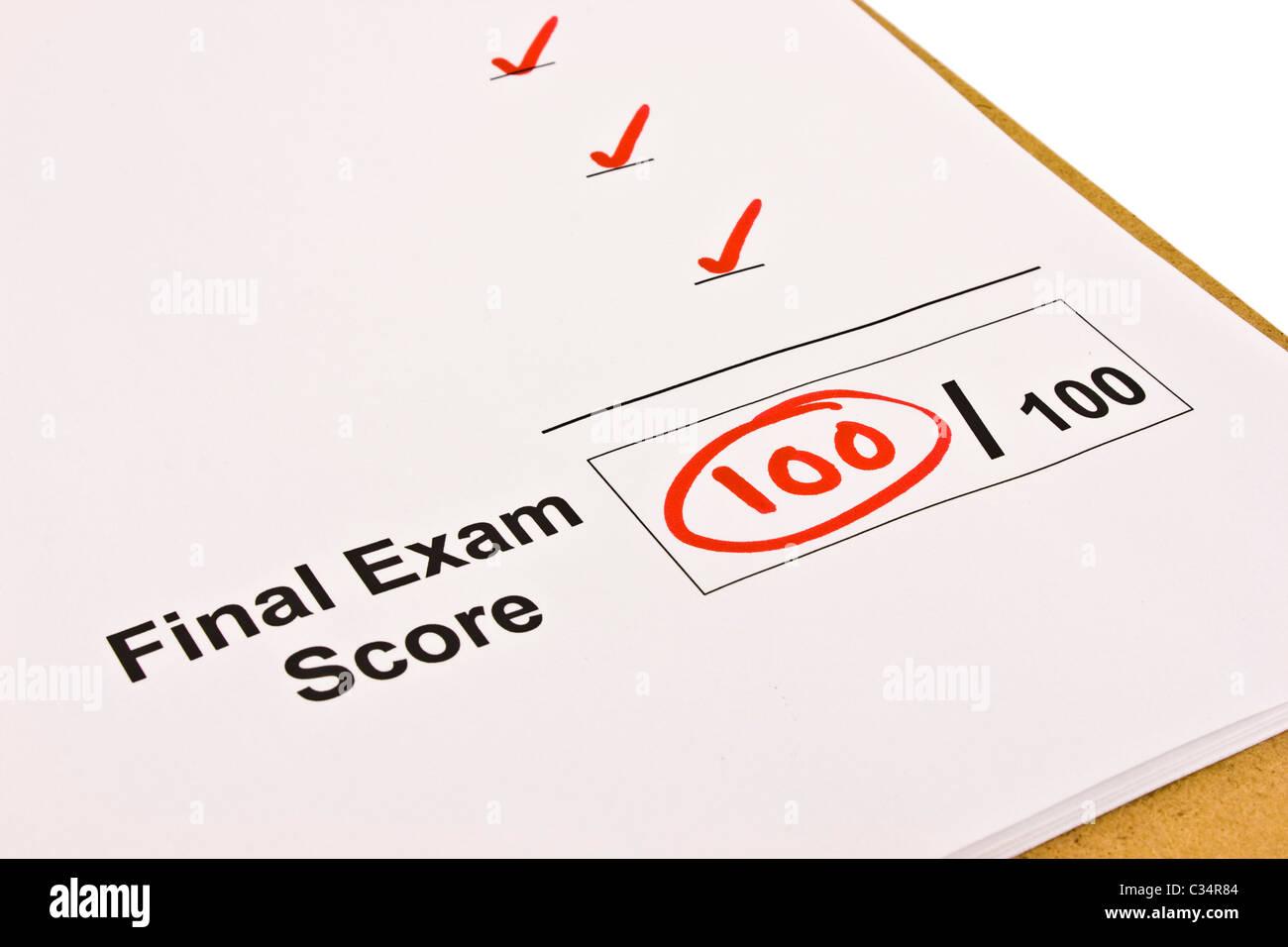 Abschlussprüfung mit 100 % isoliert auf weiß markiert. Stockbild