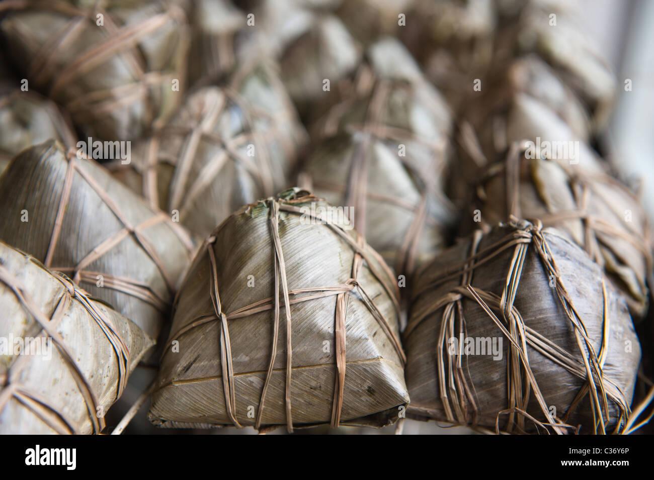 Chinesischer Reis Knödel in Schilf Blätter gewickelt Stockbild