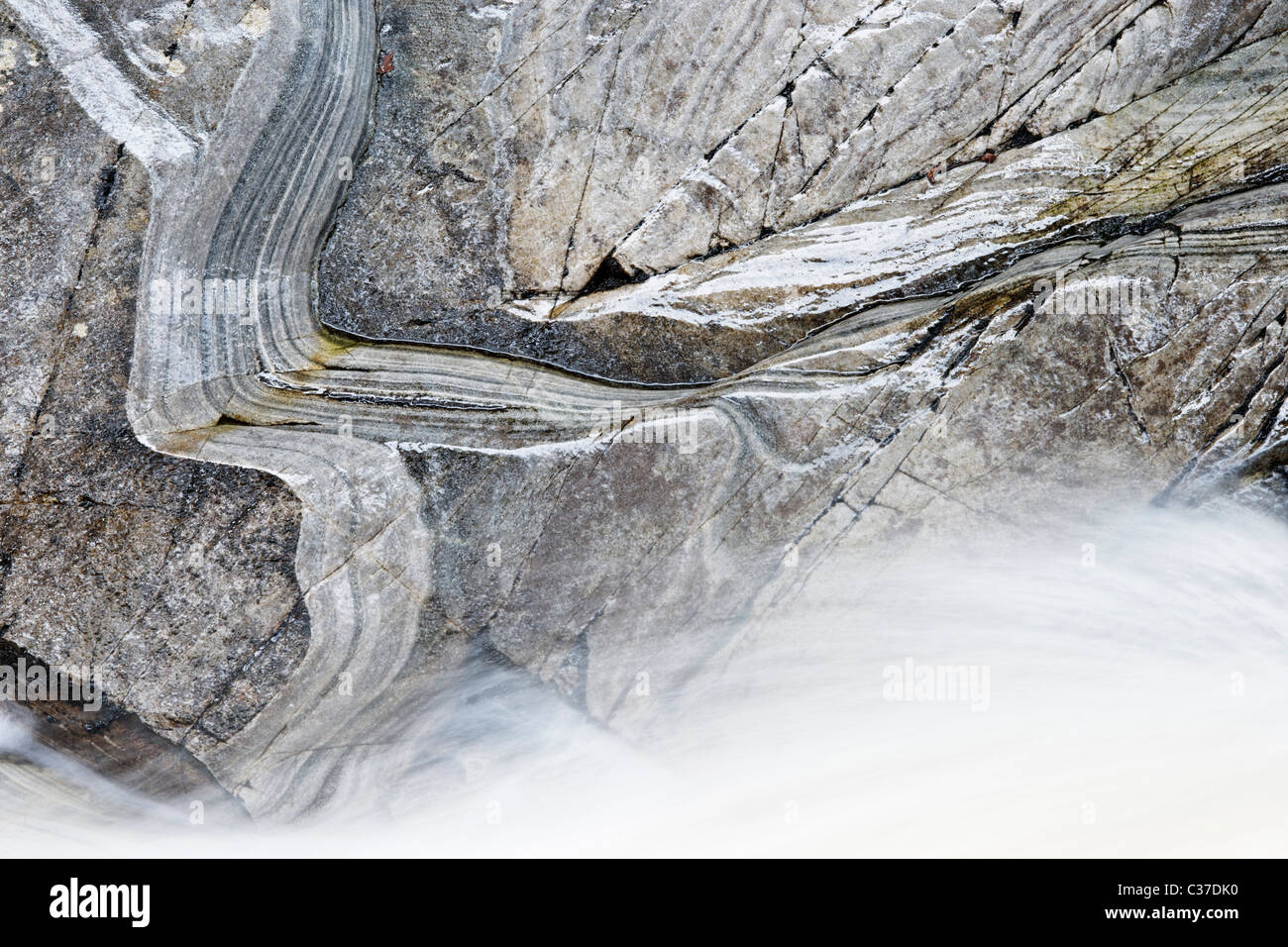 Das Wasser des Bruar und Glimmer-Schiefer-Felsen, Perth und Kinross, Schottland, Großbritannien. Stockbild