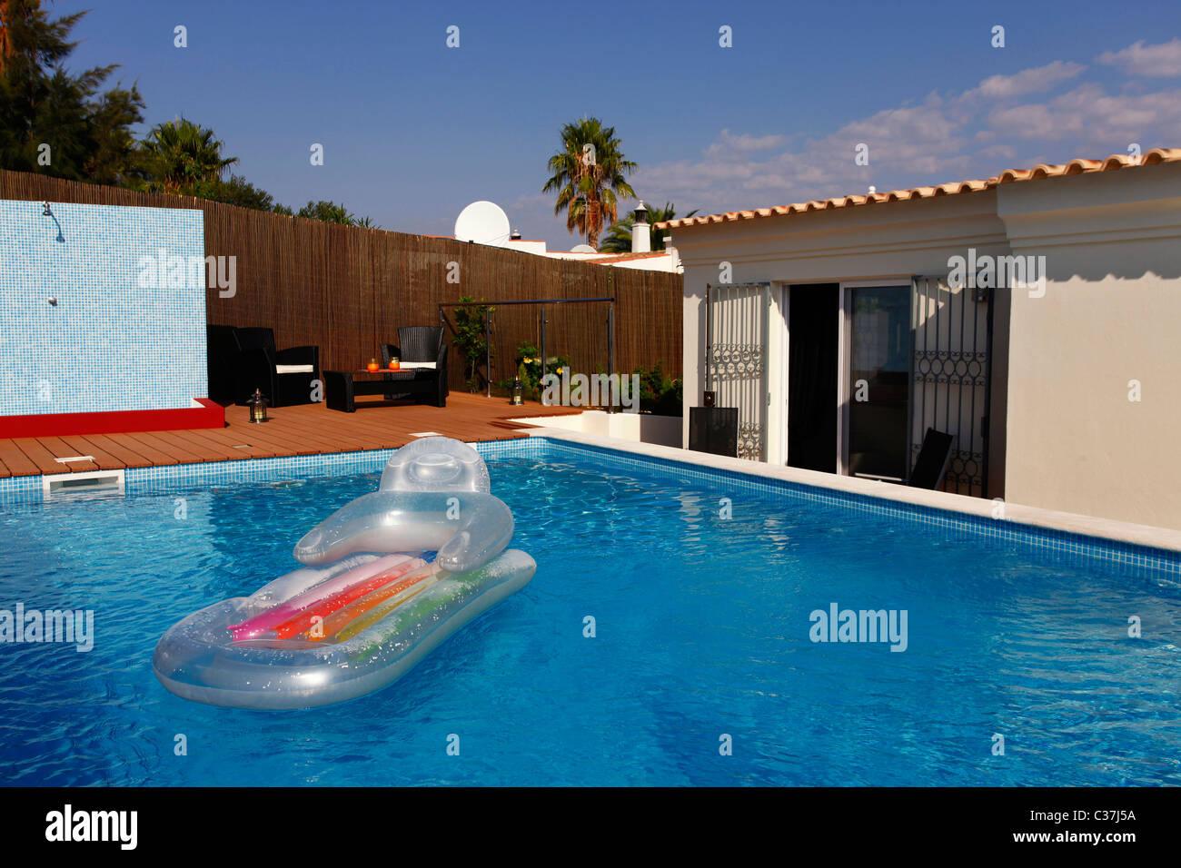 Schwimmbad In Einem Modernen Haus   Lifestyle Konzept