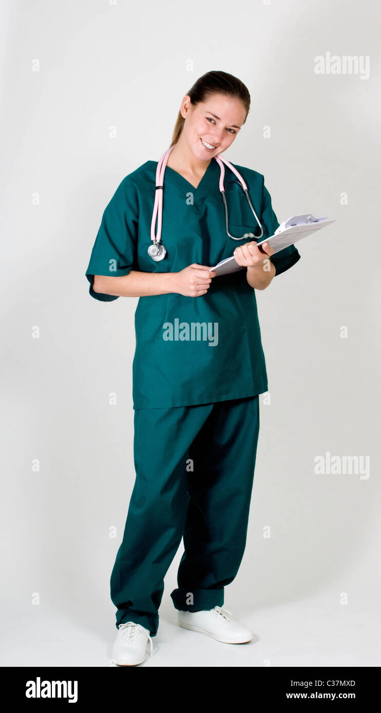 Porträt der jungen Krankenschwester in Scrubs, Ganzkörper Stockbild