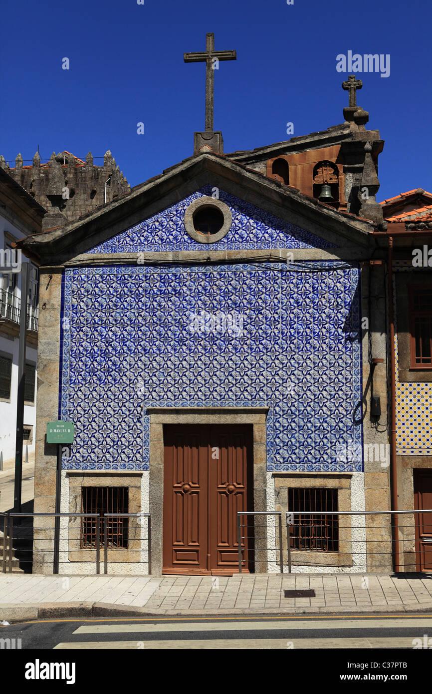 Eine Azulejo Fliesen Bedeckt Kapelle In Porto, Portugal. Die Kapelle Ist Der  Capela Signor Jesu De Boa Nova.