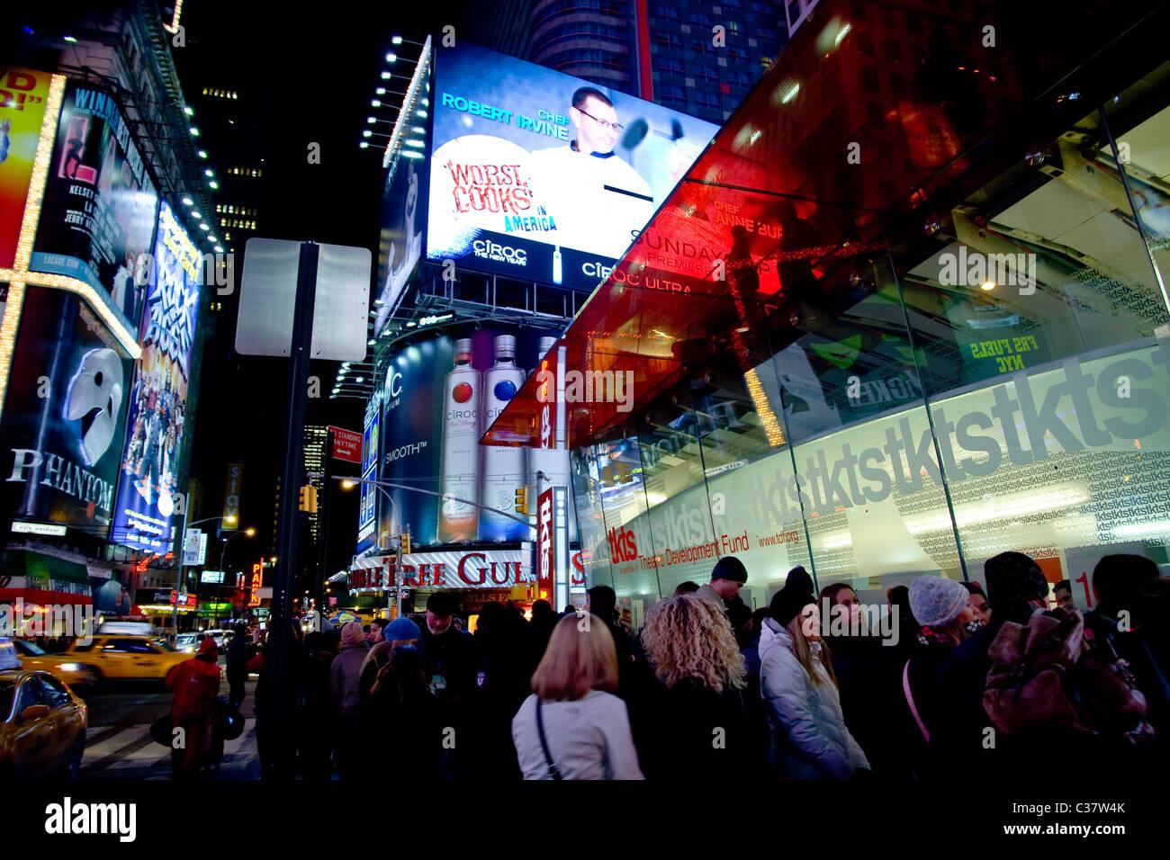 New York, NY - 22. Januar 2011: Times Square Menschen auf Linie für TKTS Broadway Tickets Stockbild