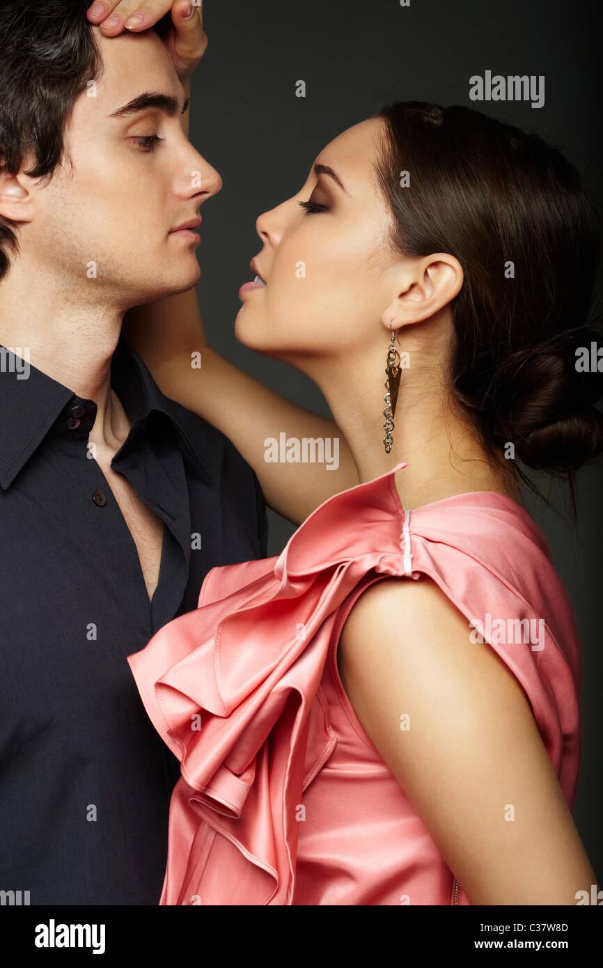 Porträt der leidenschaftliche Paare betrachten einander auf schwarzem Hintergrund Stockbild