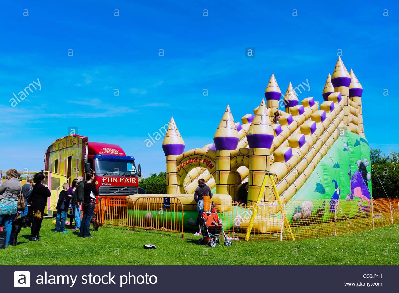 Dilwyn Dorf zeigen, Herefordshire, England. Aufblasbare Hüpfburg Fahrt. Stockbild