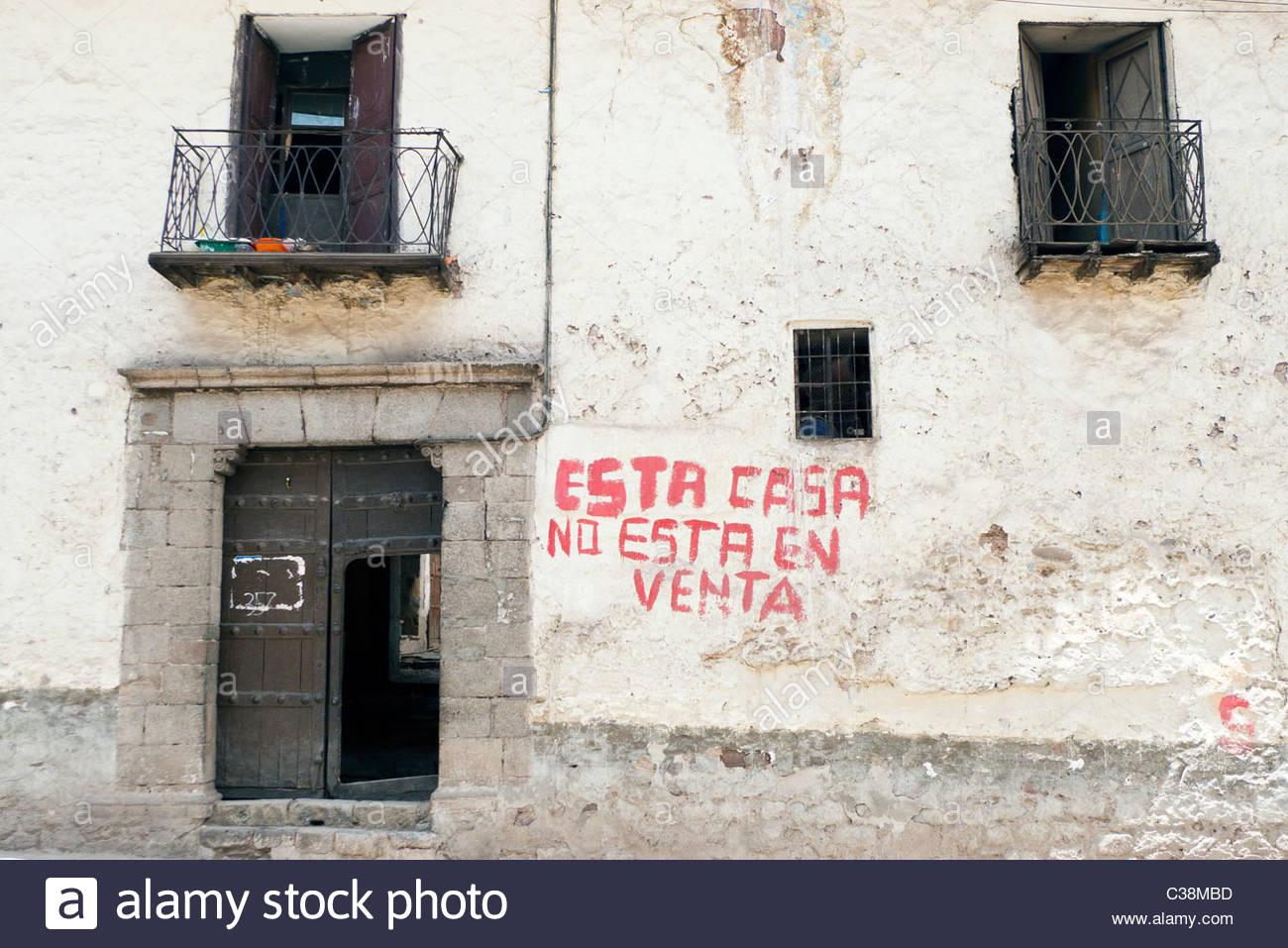 """Gemalte Wörter auf ein Haus unter Angabe """"Esta Casa keine Esta En Venta"""" (dieses Haus steht nicht Stockbild"""