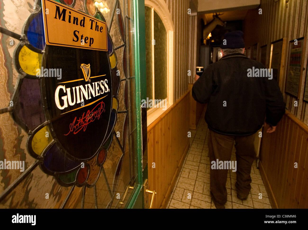 Ireland Man In Pub Drinking Stockfotos & Ireland Man In Pub Drinking ...