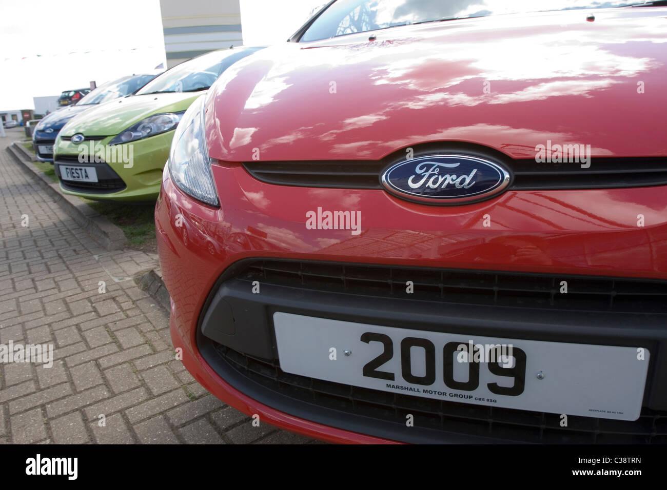 Ein Ford Auto auf dem Parkplatz von einem Autohaus Stockbild