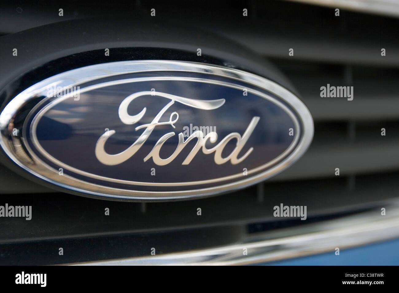 Das Ford-Unternehmen-Emblem, das jeden Ford motor Auto schmückt Stockbild