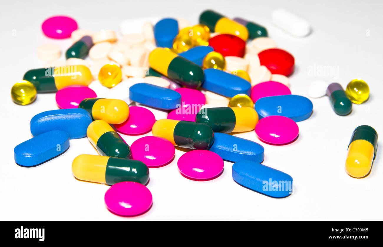 Medizinisches Konzept, viele Pillen auf weißem Hintergrund Stockfoto