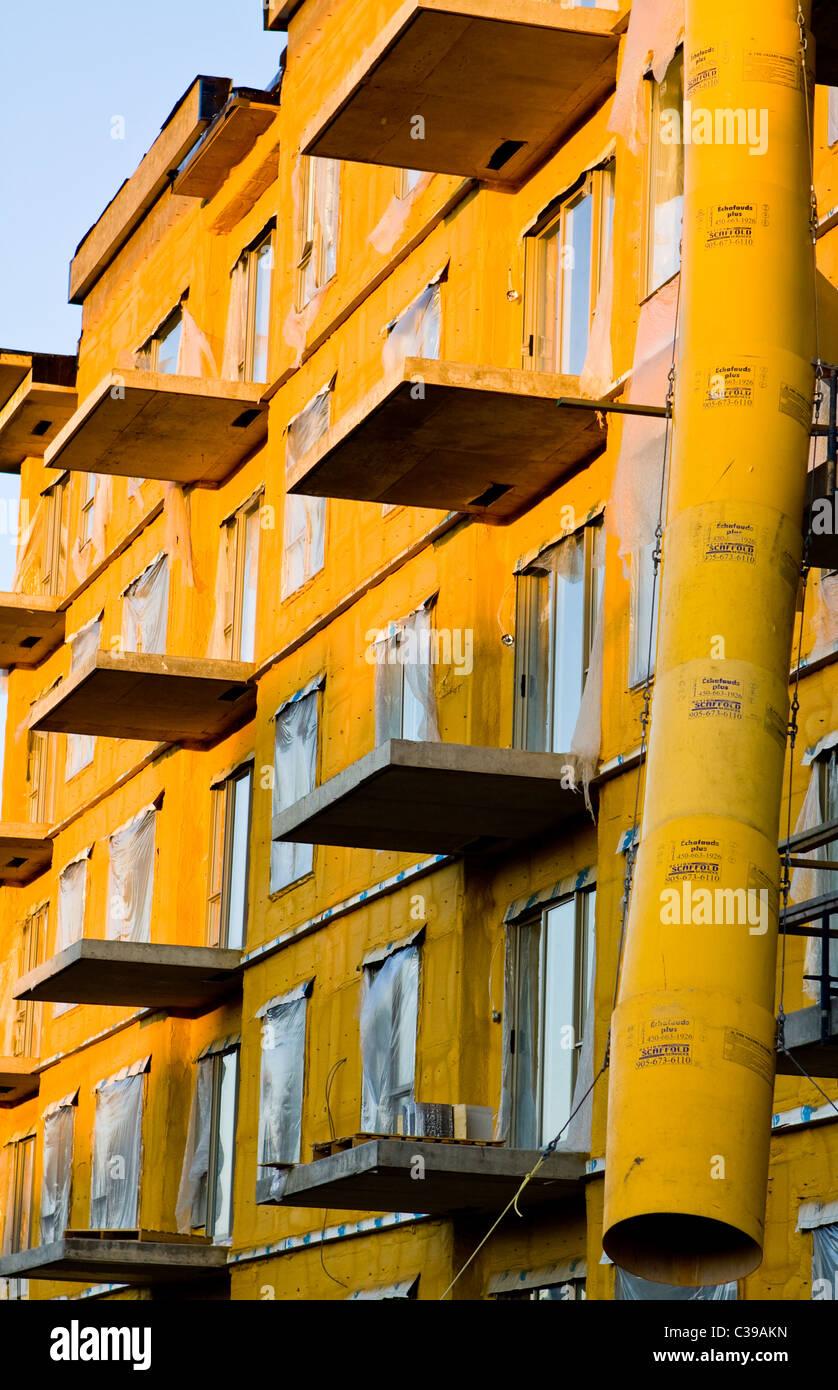 Bauschaum isolierte Gebäude mit einer Müll-Entsorgung-Röhre. Stockbild