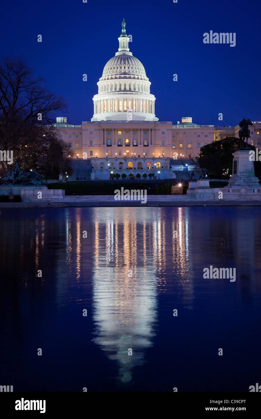 United States Capitol am Ende der National Mall in Washington, DC, spiegelt sich in der Capitol Reflecting Pool Stockbild