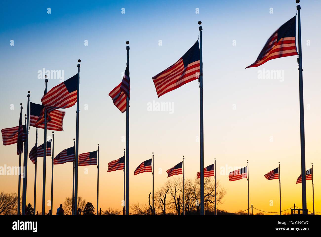 Die Flaggen, die rund um das Washington Monument in Washington, DC bei Sonnenuntergang Stockbild