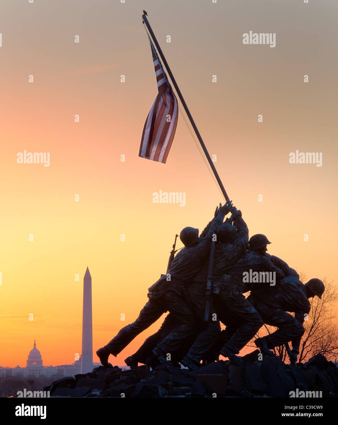 Das Marine Corps War Memorial in Arlington, VA bei Sonnenaufgang mit dem US Capitol und dem Washington Monument Stockbild