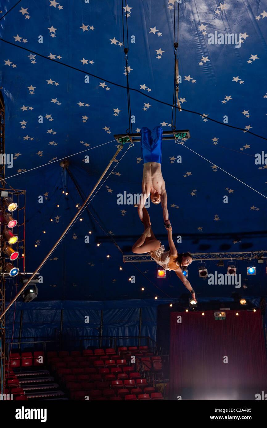 Blickte zu Zirkus Trapezkünstler Stockbild