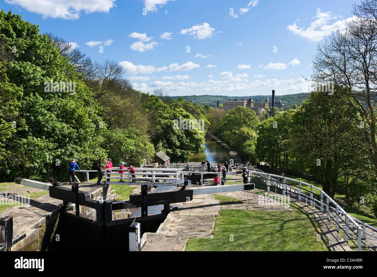 Blick über den Leeds und Liverpool Canal von der Spitze der fünf steigen sperrt, Bingley, West Yorkshire, Stockbild