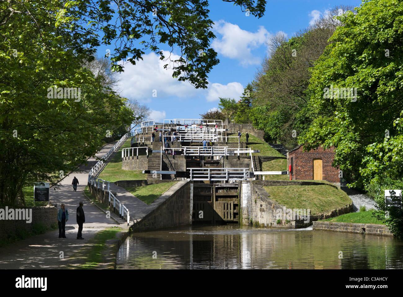 Fünf erheben Schlösser sich auf Leeds und Liverpool Canal, Bingley, West Yorkshire, Großbritannien Stockfoto