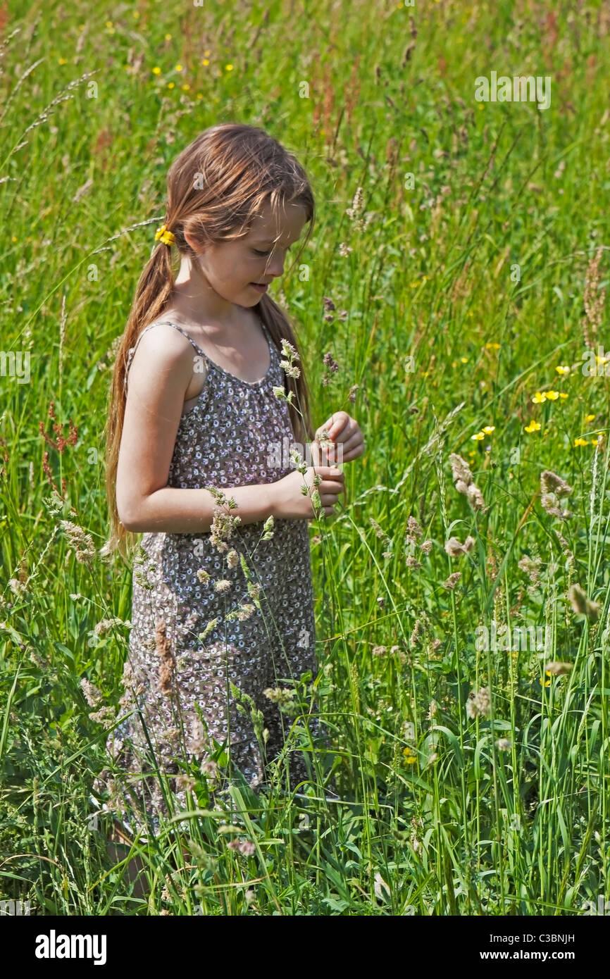 Mädchen auf einer Wiese im Frühling Stockbild