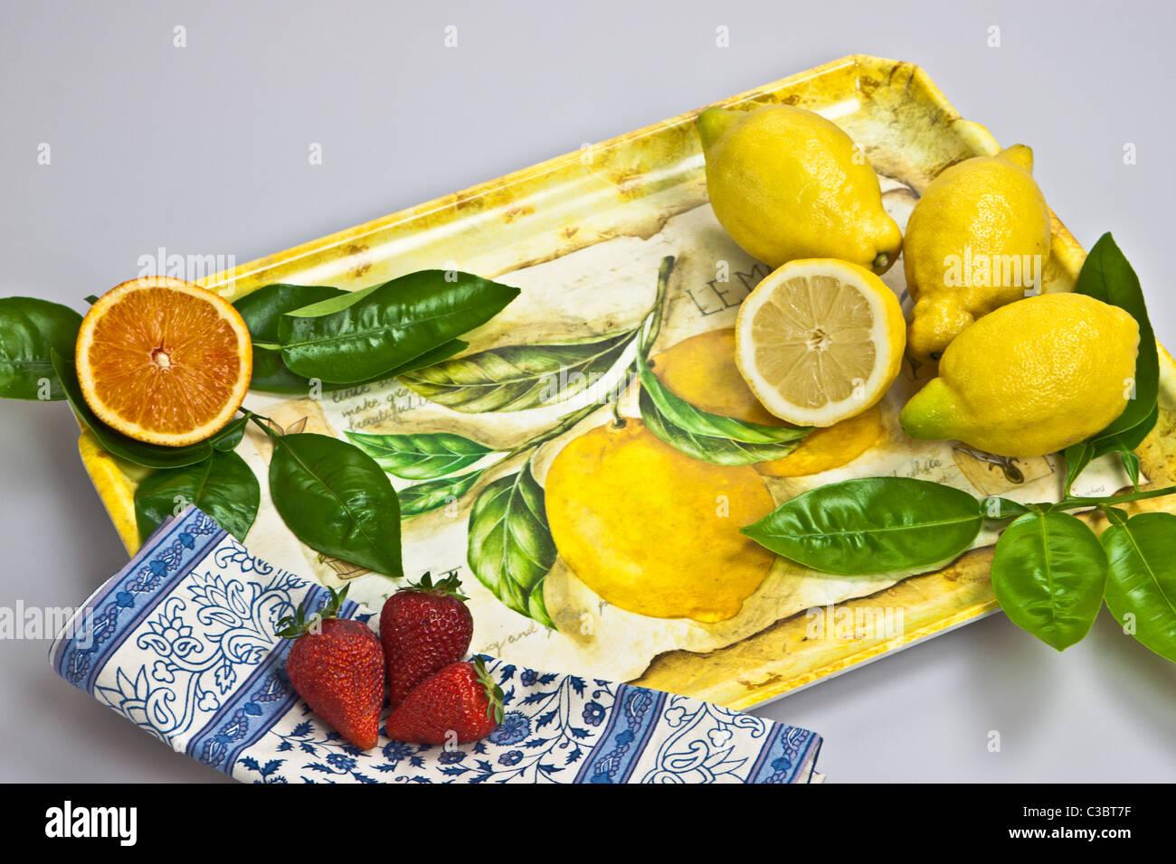 ein Tablett mit Orangen, Zitronen und Erdbeeren Stockbild