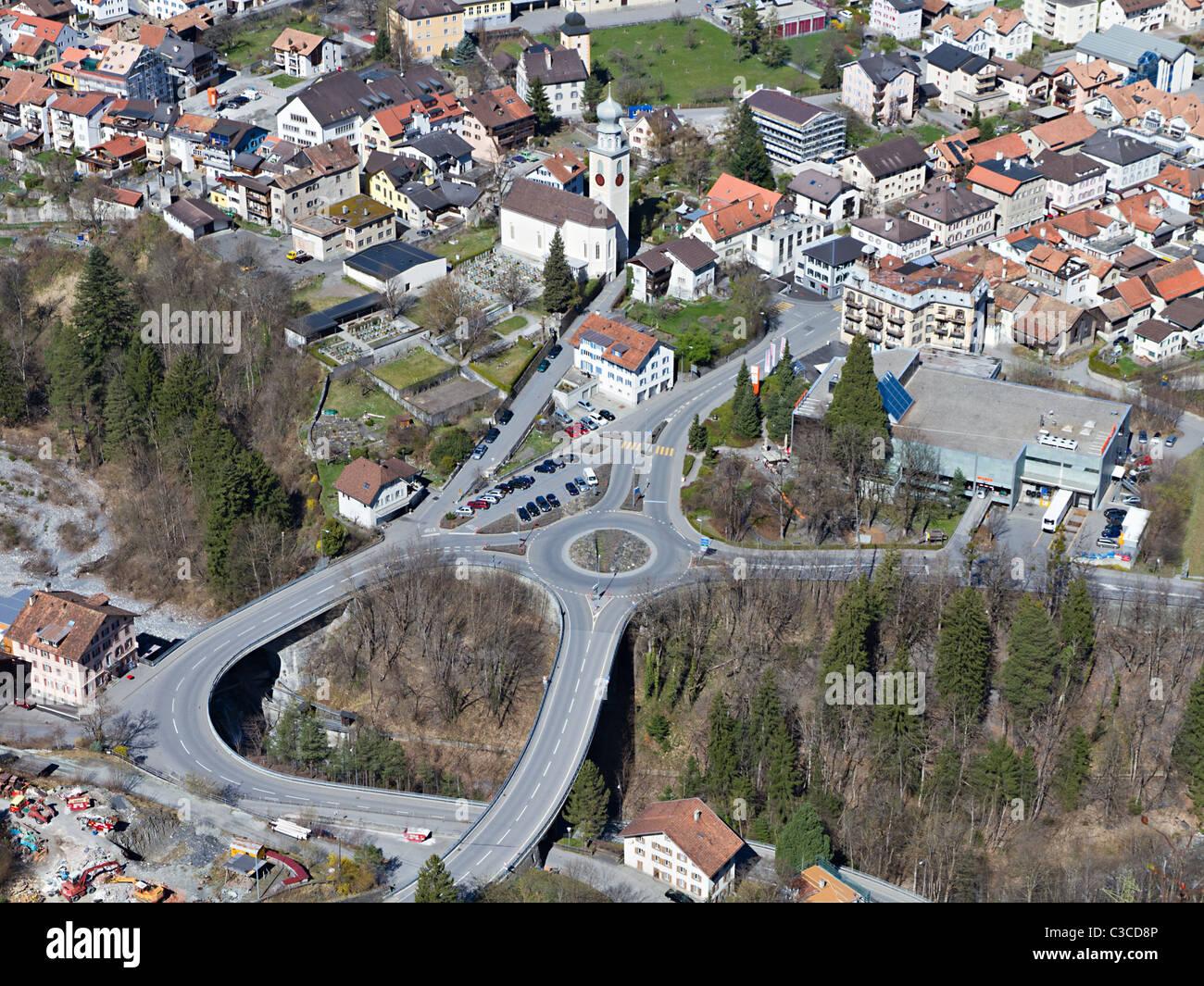 Frühling-Panorama der kleine Bergstadt im Tal in die große Straße Infrastruktur, Thusis Schweiz Stockbild