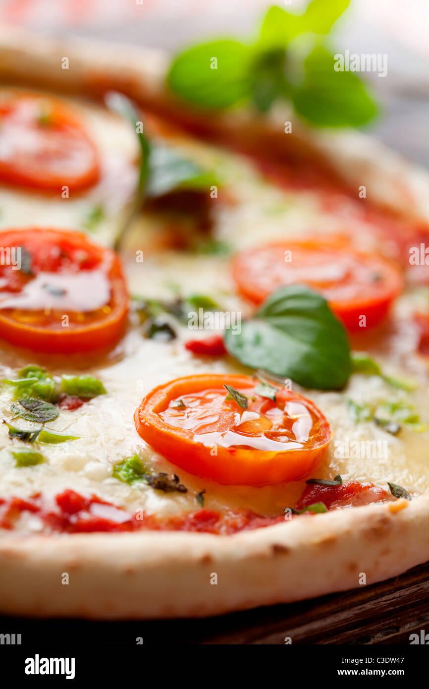 frische italienische Pizza mit Tomaten, Mozzarella und grünem Pfeffer Stockbild
