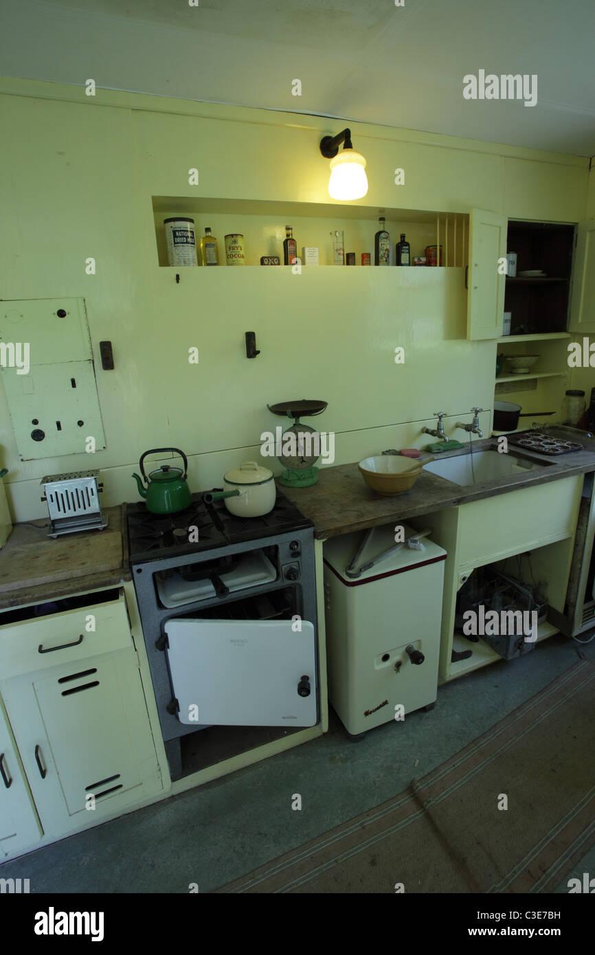 Britische 1940er Jahre Küche Interieur aus einem Fertighaus Haus ...