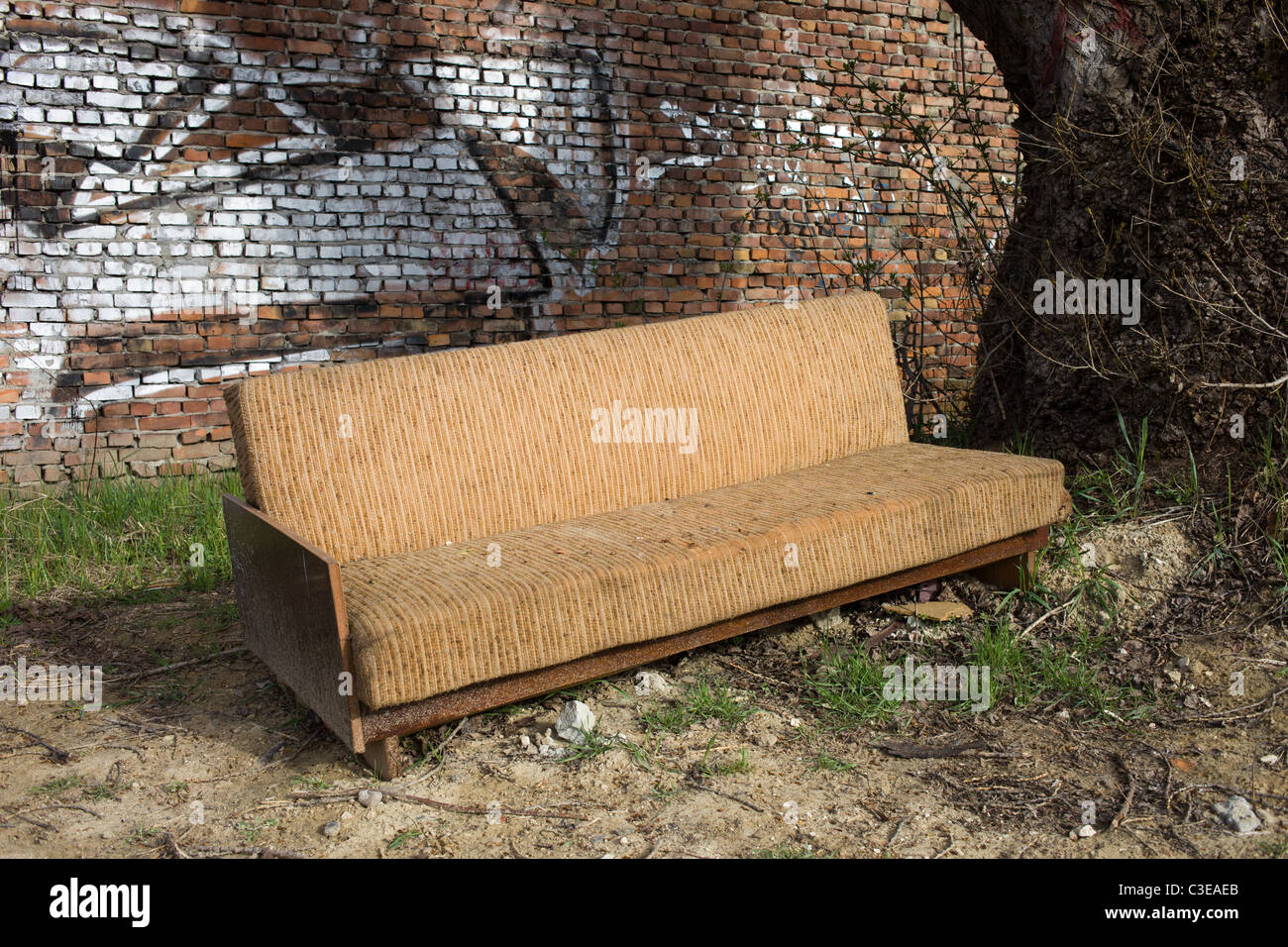 Dirty Old Couch In Abandoned Stockfotos & Dirty Old Couch In ...