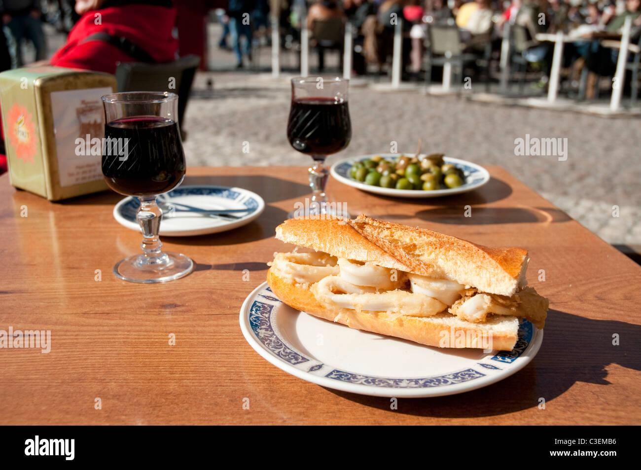 Gebratene Tintenfische Sandwich an der Plaza Mayor. Madrid, Spanien. Stockbild