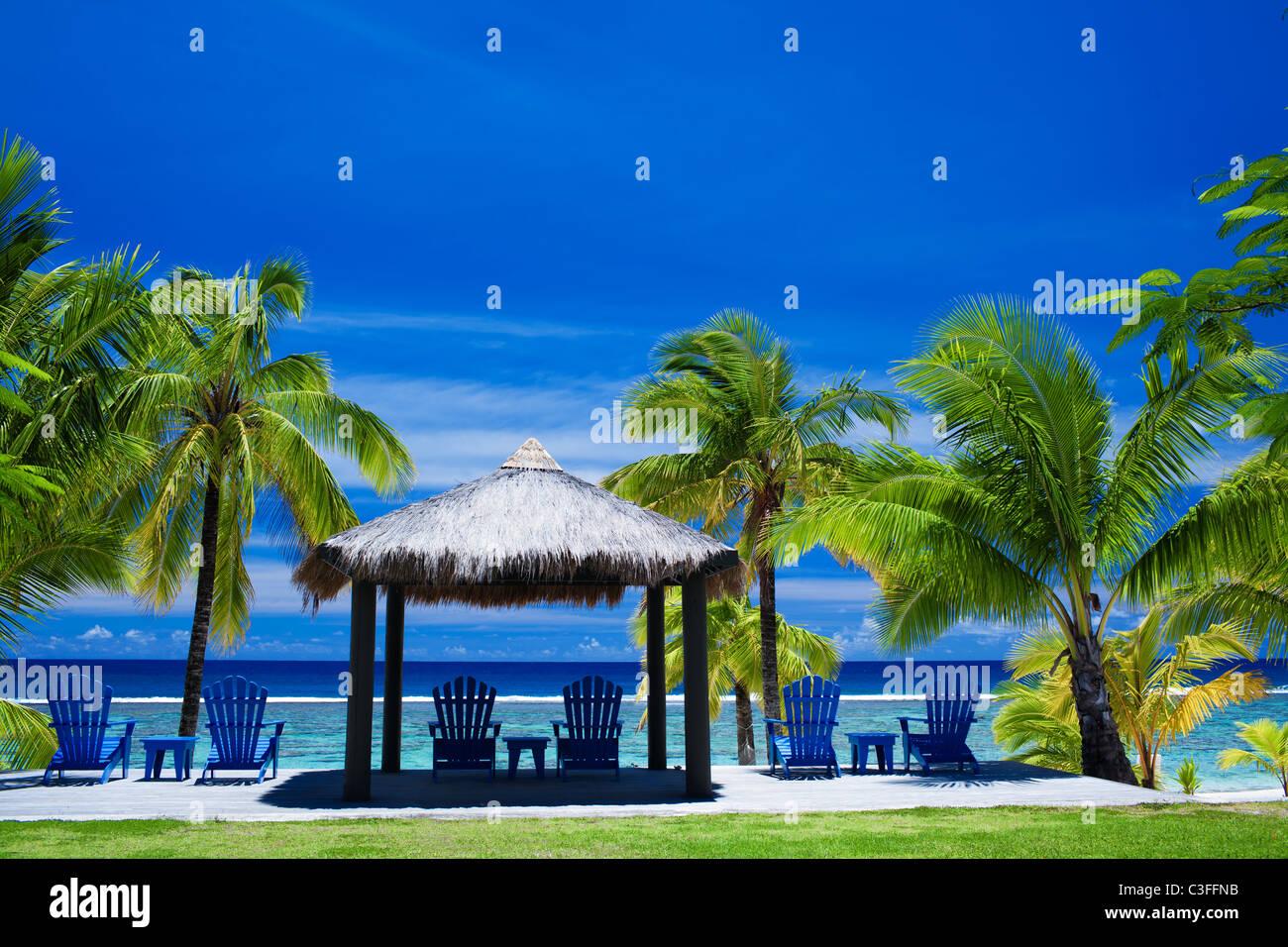 Blaue Stühle am Strand am Strand Stockbild