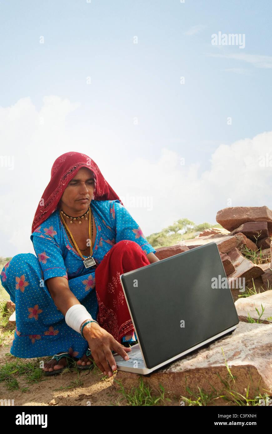Ländliche Frau mit einem Laptop, Jaipur, Rajasthan, Indien Stockfoto