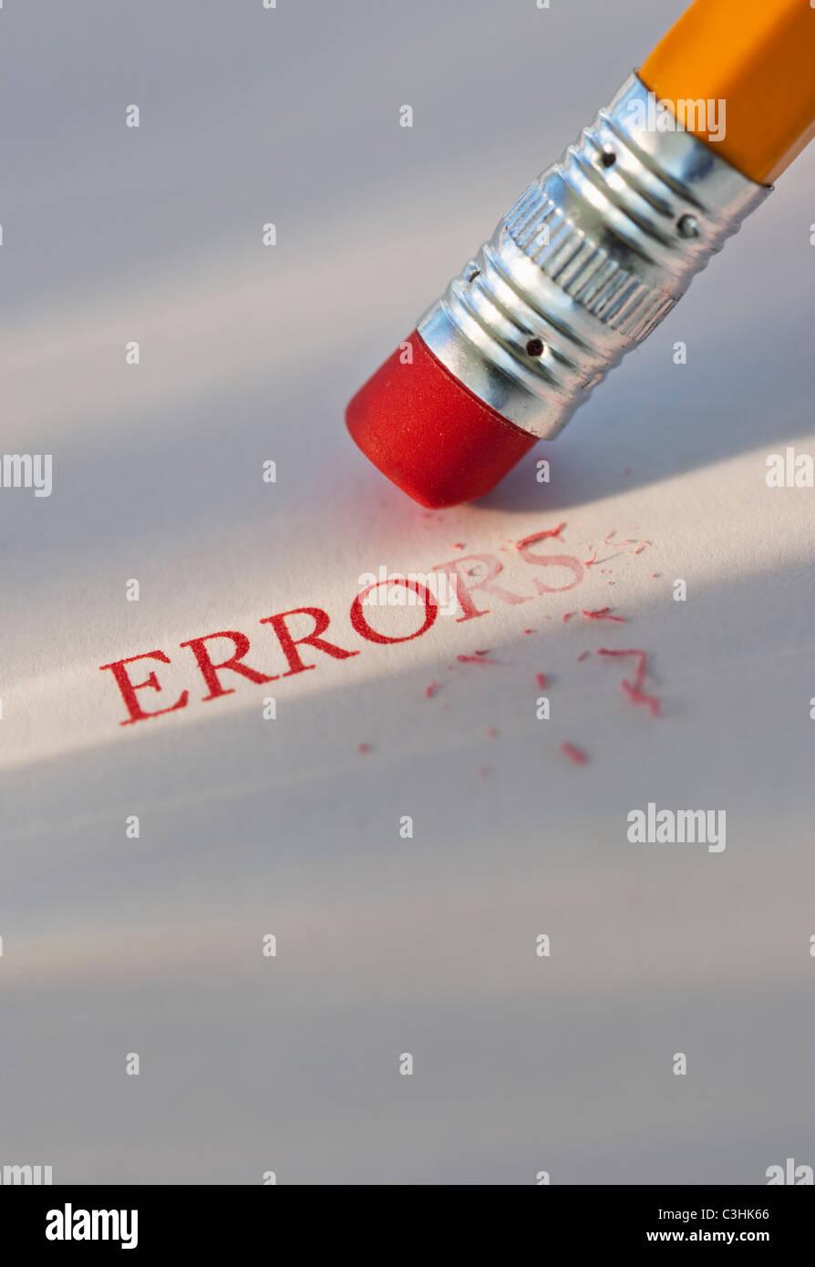 Studioaufnahme Stift löschen den Word-Fehler aus Papier Stockbild