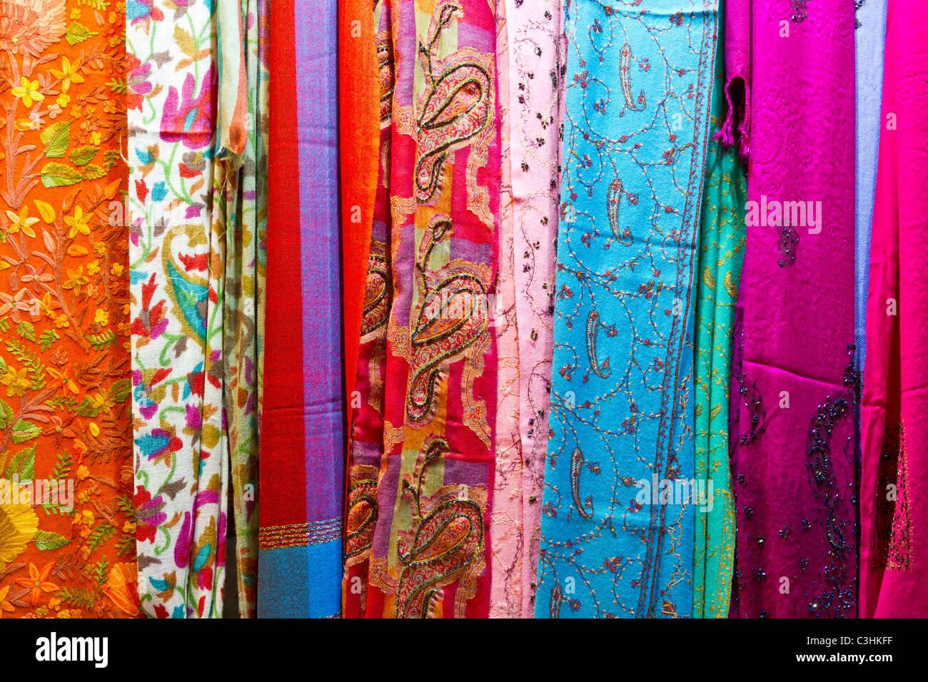 nahaufnahme von textilien schals und t cher zum verkauf auf dem muttrah souk markt in muscat. Black Bedroom Furniture Sets. Home Design Ideas